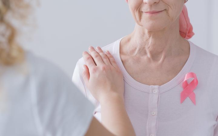 معاینه سینه ها برای تشخیص توده - معاینه سینه ها زیر دوش - معاینه سینه ها در حالت درازکش