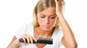 علت ریزش مو در زنان چیست و چگونه می توان از آن پیشگیری کرد؟