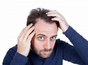 علت ریزش مو در مردان چیست و با چه علائمی خود را نشان می دهد؟